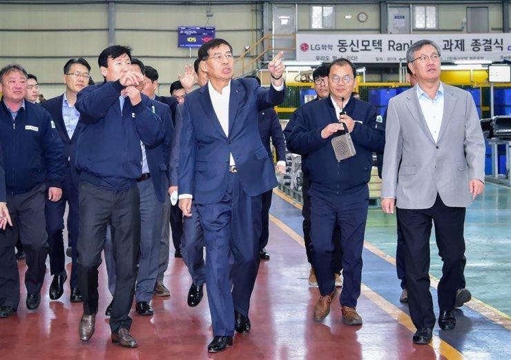 LG Chem CEO Shin Hak-cheol, center, visits subcontractor Dongshin Motech in Haman County, South Gyeongsang Province, Nov. 15, 2019. Courtesy of LG Chem