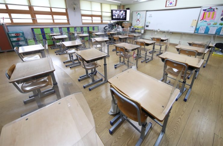 A teacher gives an online class at Neungsil Elementary School in Suwon, Gyeonggi Province, Monday, as all schools in Seoul and neighboring cities went online in accordance with the implementation of Level 4 social distancing measures amid a renewed surge in COVID-19 infections. Yonhap