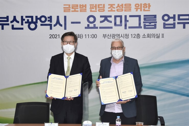 Busan Mayor Park Heong-joon, left, and Yozma Group Chairman Yigal Erlich pose after signing a memorandum of understanding at Busan City Hall in this April 13 file photo. Courtesy of Busan Metropolitan Government