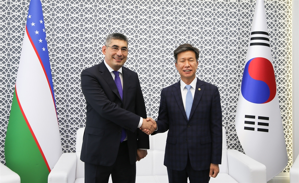 Kim Dae-ji, left, Korea's National Tax Service (NTS) Commissioner, stands next to his Russian counterpart, Daniil Egorov, Commissioner of the Federal Tax Service of Russia, during their first bilateral meeting in Moscow, Russia, last Friday. Courtesy of NTS