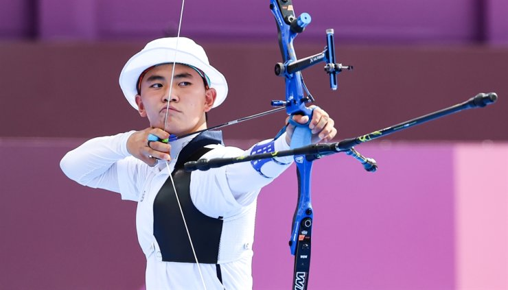 Archer Kim Je-deok draws a bow in the round of 16 for the men's individual match at the Olympics in Yumenoshima Park Archery Field in Tokyo, Tuesday. Yonhap