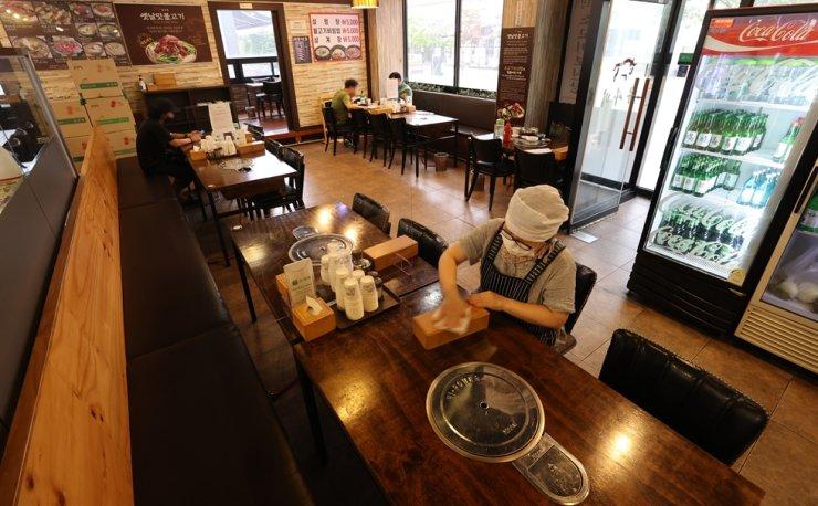 4단계 사회적 거리두기 시행 첫날인 7월 12일 인천의 한 음식점에서 단 3명의 손님이 식사를 하고 있다.  연합