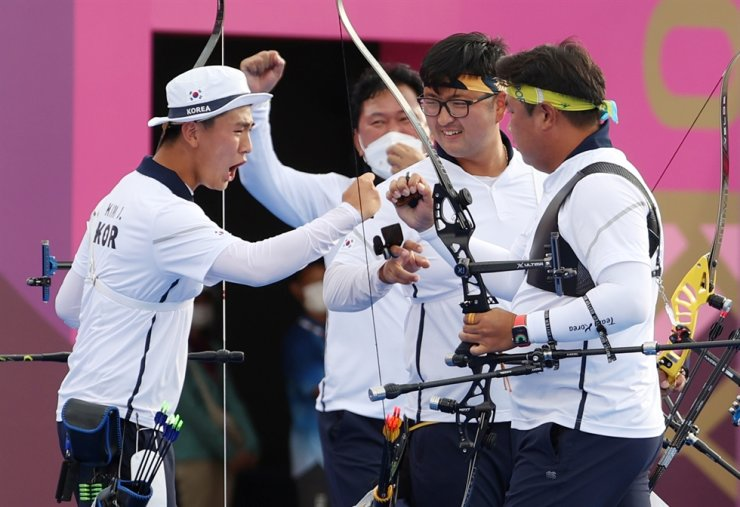 From left, Korean archers Kim Je-deok, Kim Woo-jin and Oh Jin-hyek celebrate their gold medal after beating Taiwan in the final of the men's archery team event at Yumenoshima Park Archery Field in Tokyo, Monday. Yonhap