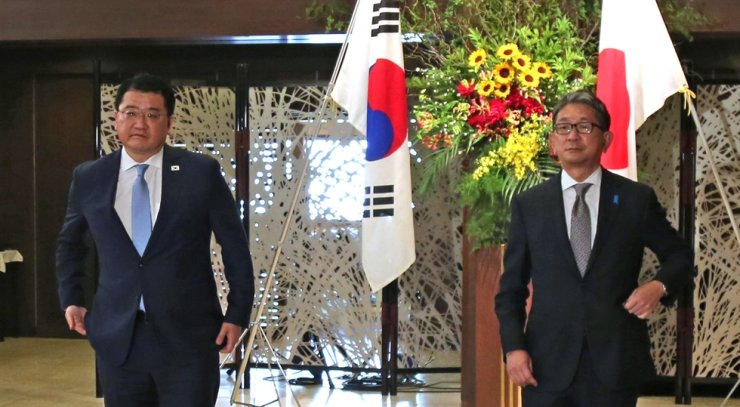 First Vice Foreign Minister Choi Jong-kun, left, and Japanese Vice Foreign Minister Takeo Mori pose before their meeting in Tokyo, Tuesday. Yonhap