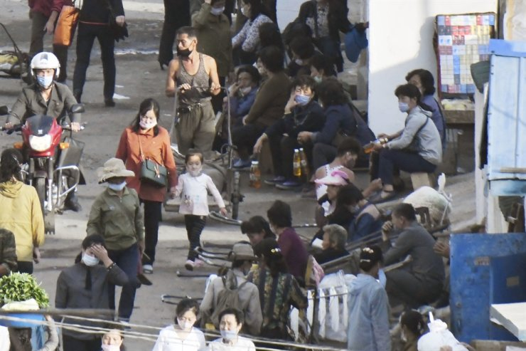 Shoppers and merchants are seen at a 'jangmadang,' or an unofficial market in North Korea, in Hyesan, Ryanggang Province, in this photo taken last Sept. 5 from China's Jilin province, which borders North Korea, by Japan's Kyodo News using a telephoto lens. Yonhap