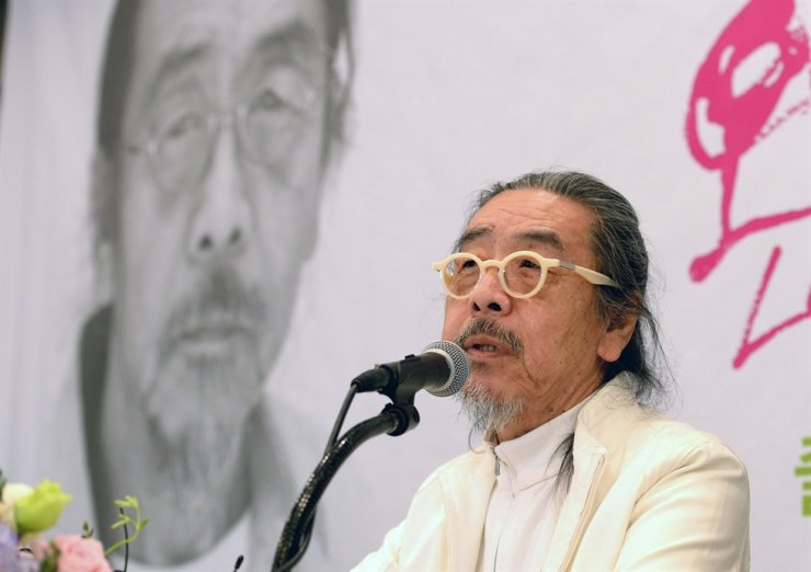 Novelist Lee Oi-soo at a press conference in this 2014 file photo / Korea Times file