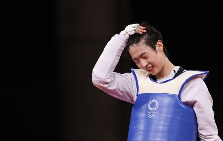 Lee Da-bin shows frustration after losing to Milica Mandic of Serbia in the women's +67kg title match at Makuhari Messe Hall A in Chiba, Tokyo, Tuesday. Yonhap