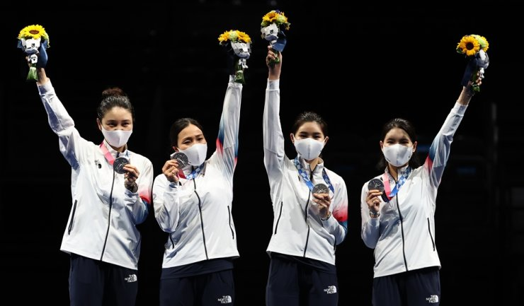 From left, Choi In-jeong, Kang Young-mi, Lee Hye-in and Song Sera hold silver medals during the awards ceremony held at Makuhari Messe Hall B in Chiba, Tokyo, Tuesday. Yonhap