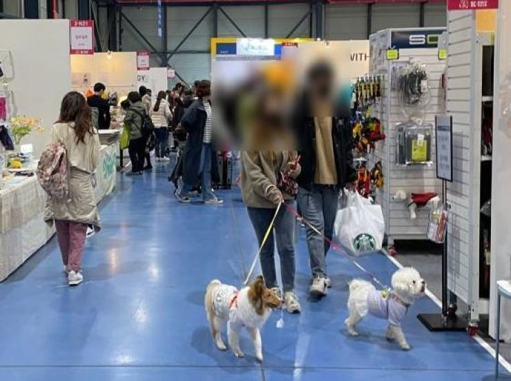Visitors and their animal companions look around the K-Pet Fair Seoul, April 12, 2021, at SETEC, central Seoul. Yonhap