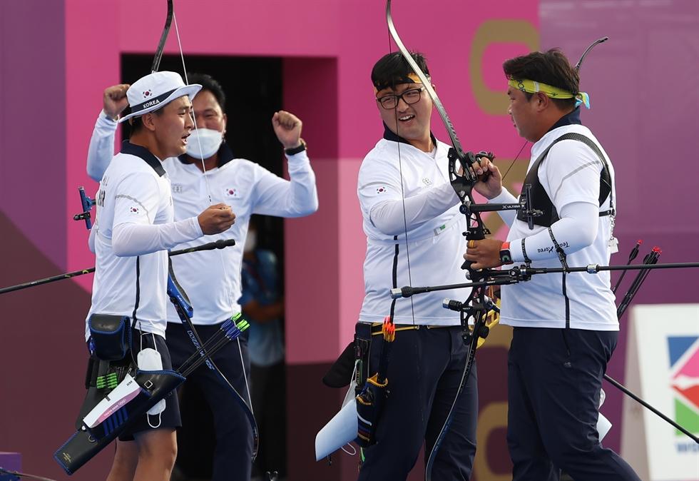 Hyundai Motor Group Chairman Chung Euisun, center, reacts after South Korean women's archery team won a gold medal in the 2020 Summer Olympics at the Yumenoshima Park Archery Field in Tokyo, Sunday. Yonhap