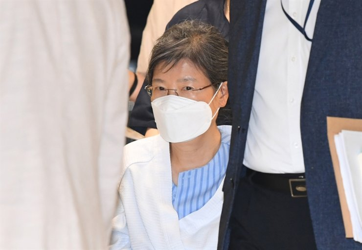 Jailed former president Park Geun-hye enters Seoul St. Mary's Hospital in Seocho District, Tuesday, for shoulder treatment. Yonhap