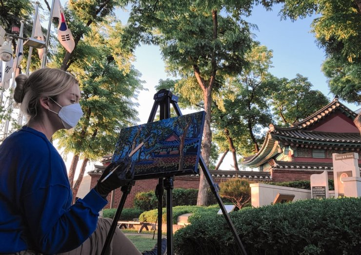 Tahni Osterman works on a painting at Itaewon Bugundang Historical Park. / Courtesy of Otahni Studio