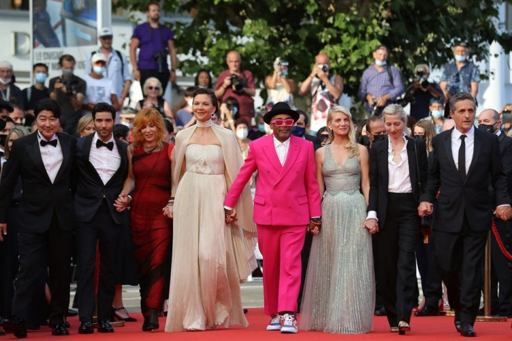 U.S. director and jury President of the 74th Cannes Film Festival Spike Lee, center, arrives with jury members (from left) Korean actor Song Kang-ho, French actor Tahar Rahim, French-Canadian singer Mylene Farmer, U.S. actress Maggie Gyllenhaal, French actress and director Melanie Laurent, Austrian director Jessica Hausner and Brazilian director Kleber Mendonca Filho for the opening ceremony and the screening of the film 'Annette' at the 74th edition of the Cannes Film Festival, France, July 6. AFP-Yonhap