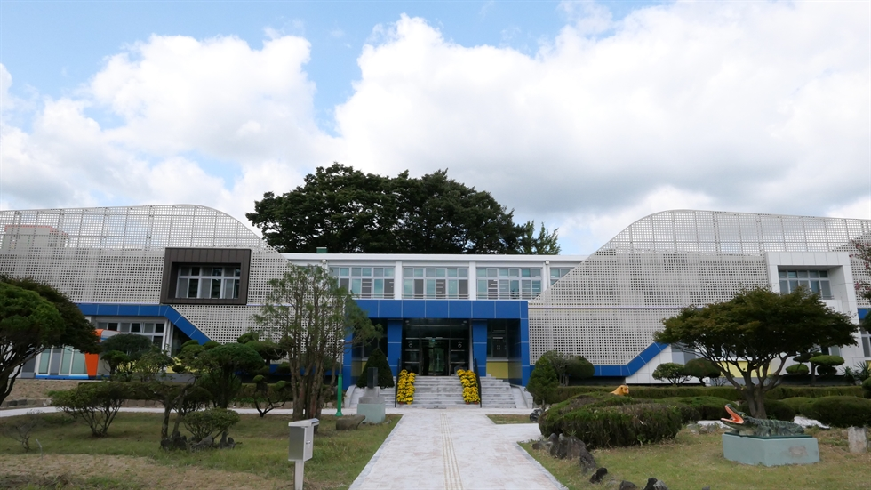 The old Seongnam Elementary School building has been reborn has Kil Hyun Art Gallery, an exhibition space and arts and crafts center since 2010, in Namhae, South Gyeongsang Province. Courtesy of Namhae County's official blog