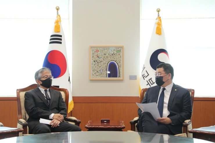 Vice Foreign Minister Choi Jong-kun, right, speaks with Japanese Ambassador to Korea Koichi Aiboshi at the foreign ministry in Seoul, Saturday. Courtesy of the Ministry of Foreign Affairs