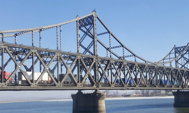 A bridge linking North Korea with China over Aprok River / Korea Times file