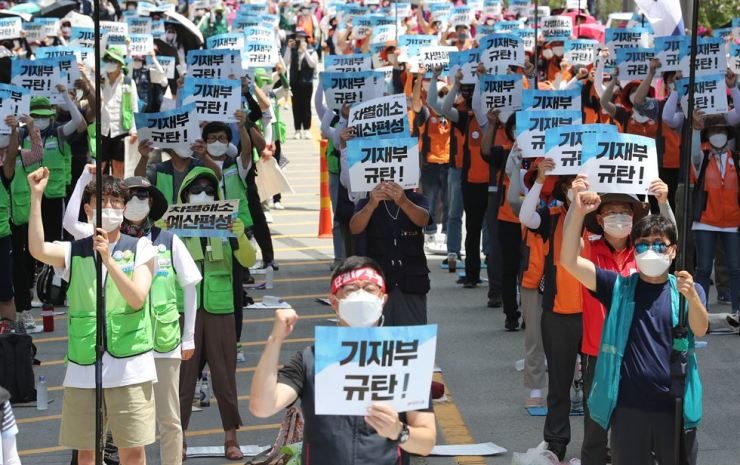 Members of the Korean Confederation of Trade Unions stage a rally in front of the Ministry of Economy and Finance building in Sejong, Wednesday. Although the rally was not in violation of the city's current social distancing rules, concerns are rising over the KCTU's plan to hold other massive rallies in Wonju, Gangwon Province, this Friday and July 30, despite concerns over resurgence of COVID-19 infections and the government's repeated warnings of a stern response. Yonhap