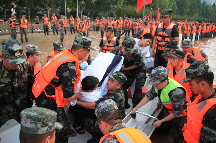 Rescuers evacuate people from a hospital where about 3,000 people were trapped by the flood in Zhengzhou, central China's Henan province, July 22. EPA-Yonhap