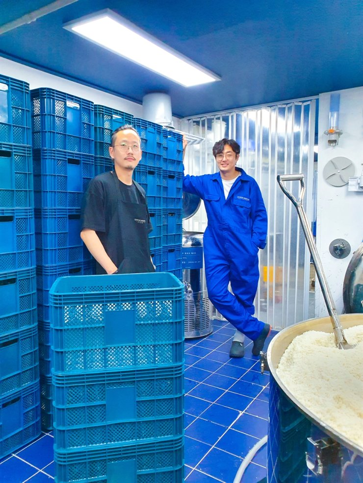Co-founders of Hangang Brewery, Koh Sung-yong, left, and Lee Sang-woo / Courtesy of Hangang Brewery