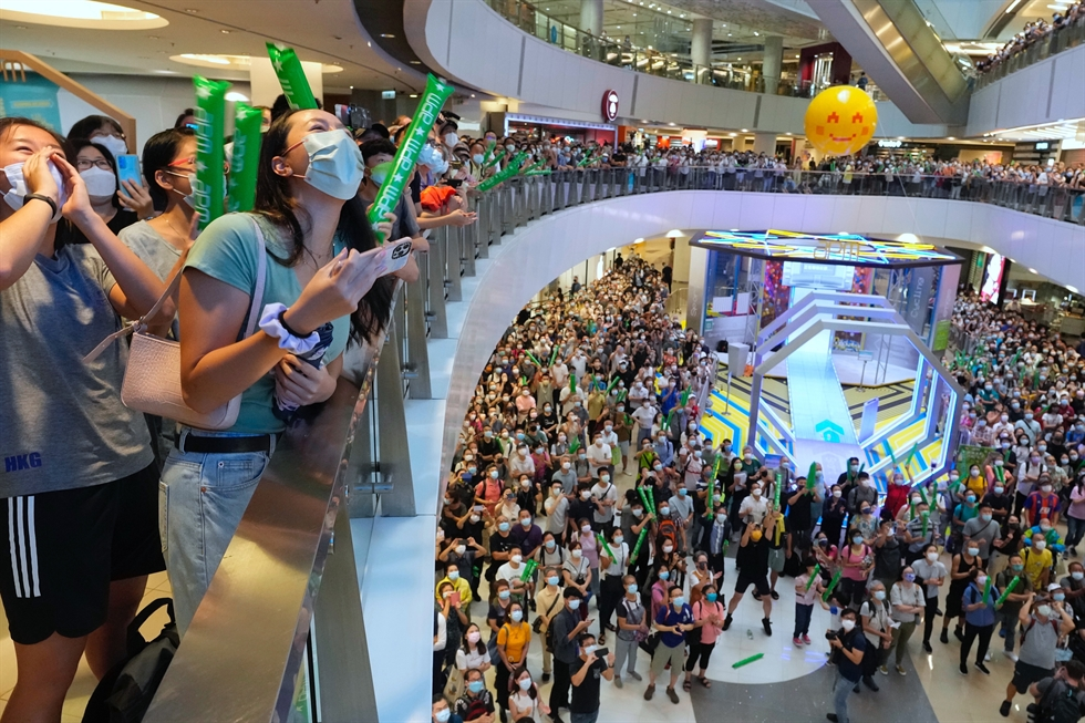 Fans of Hong Kong swimmer Siobhan Haughey and pro-China supporters react as they watch the live broadcast of the Tokyo 2020 Olympic Summer Games women's 100m freestyle final at a shopping mall in Hong Kong, July 30. Reuters-Yonhap