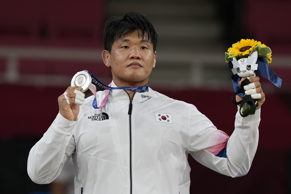 Cho Gu-ham of South Korea is consoled by his coach Song Dae-nam after losing the final of the men's 100kg judo event at the Tokyo Olympics at the Nippon Budokan in Tokyo, July 29. Yonhap