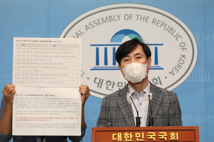 Rep. Ha Tae-keung of the main opposition People Power Party speaks during a press conference at the National Assembly in Seoul, Thursday, calling on the government to declare a state of emergency over North Korea's cyberterrorism campaign against South Korea. Yonhap