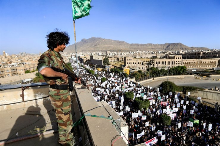 A member of security forces loyal to Yemen's Huthi rebels stands guard as supporters attend a rally denouncing the United States and the outgoing Trump administration's decision to apply the 'terrorist' designation to the Iran-backed movement, in the Huthi-held capital Sanaa on January 25, 2021. AFP-Yonhap