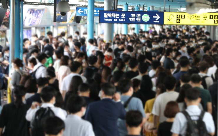 A platform at Sindorim station in Seoul is crowded with commuters during the morning rush hour, Friday. Yonhap