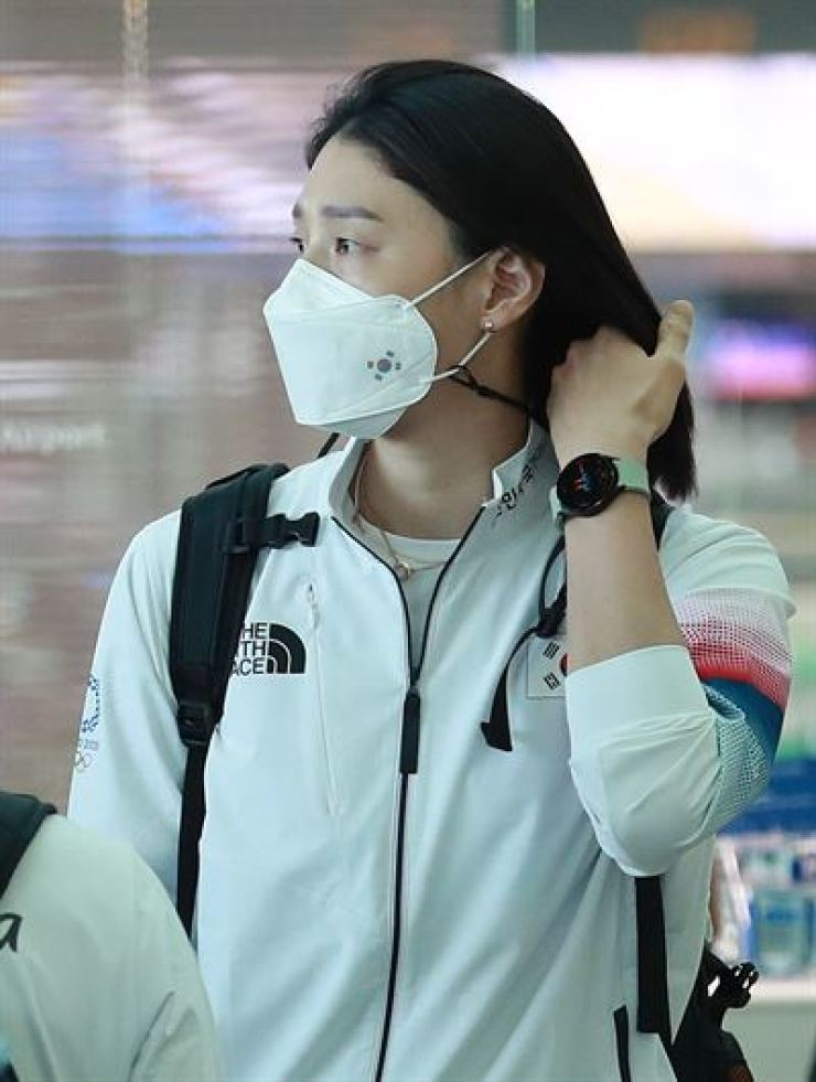 South Korean volleyball player Kim Yeon-koung is seen at the Incheon International Airport, Tuesday, wearing what is presumed to be Samsung Electronics' latest Galaxy Watch, set to be unveiled at an online event next month. Yonhap