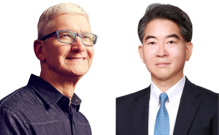 Apple CEO Tim Cook, left, and LG Display CEO Jeong Ho-young / Korea Times file