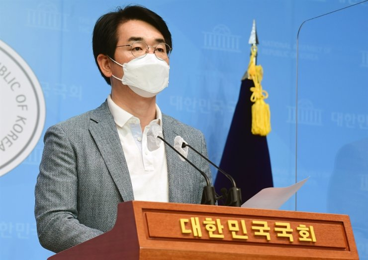 Rep. Park Yong-jin of the liberal ruling Democratic Party of Korea announces his plan to make military service mandatory for both men and women during a press briefing at the National Assembly in Seoul, July 16. Yonhap