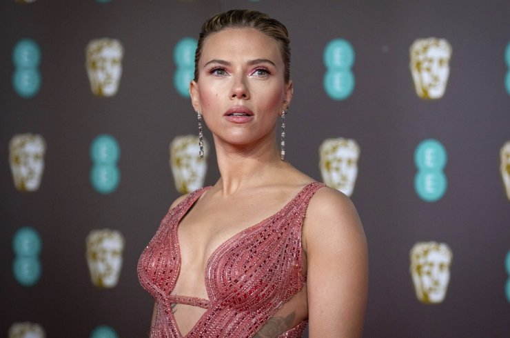 In this Feb. 2, 2020 file photo, Scarlett Johansson arrives at the Bafta Film Awards, London. Johansson is suing the Walt Disney over the company's streaming release of 'Black Widow,' which she said breached her contract and deprived her of potential earnings. AP-Yonhap