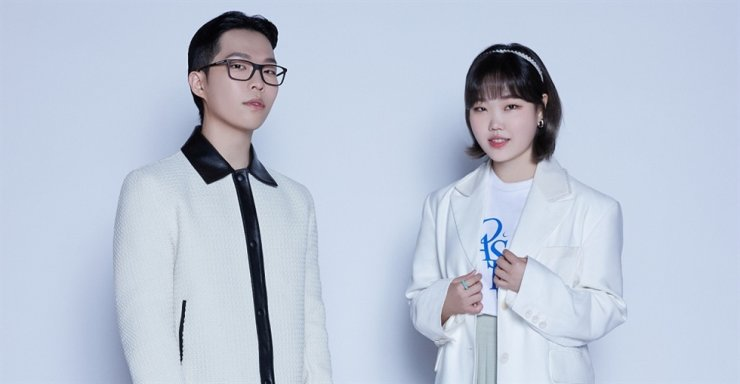 Lee Chan-hyuk, left, and Lee Su-hyun of sibling duo AKMU pose during an online press conference, Monday. Courtesy of YG Entertainment