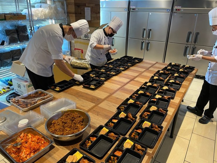 Chefs sent to Tokyo by the Korean Sports and Olympic Committee make meals for Korea's athletes participating in the Tokyo Olympics on July 20. Yonhap