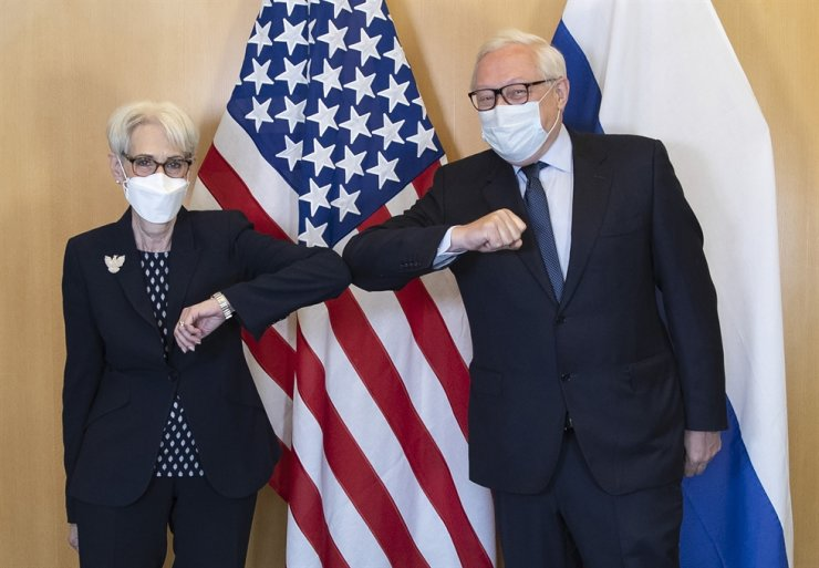 U.S. Deputy Secretary of State Wendy Sherman and Russian Deputy Foreign Minister Sergey Ryabkov greet each other at the start of their meeting in Geneva, July 28. AP-Yonhap
