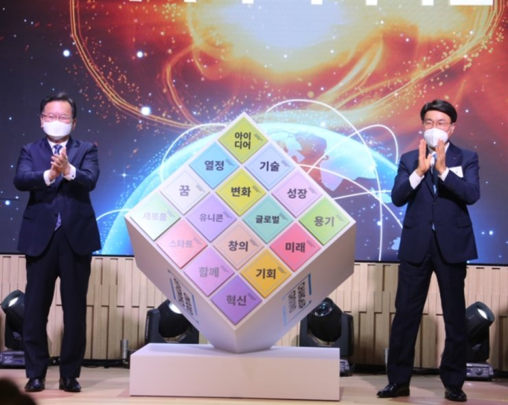 Prime Minister Kim Boo-kyum, left, and POSCO Chairman Choi Jeong-woo take the stage for the 'ChangeUp Ground' opening ceremony held in Pohang to mark the third anniversary of the corporate citizen management initiative. Courtesy of POSCO