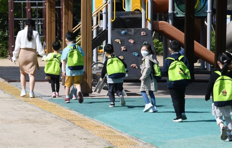 Children walk through the playground of a public kindergarten in Songpa District, Seoul, in this May 27, 2020 photo. Korea Times photo by Hong In-ki