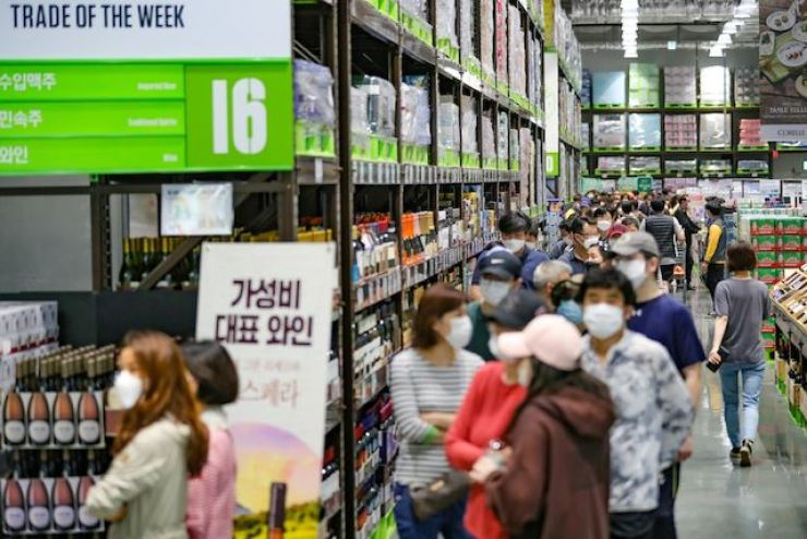 People shop at E-mart Traders in Goyang, Gyeonggi Province, in this 2020 file photo. Yonhap
