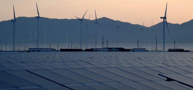 Wind turbines are operating behind solar energy farms in Hasa-ri, Yeonggwang County, South Jeolla Province, June 8. Korea Times photo by Seo Jae-hoon
