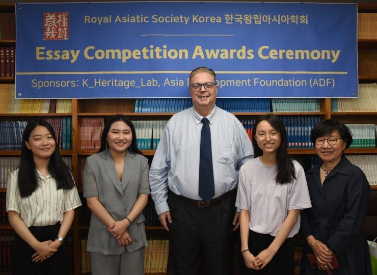 From left, Shin Suhyeon, Kim Gyuri, RAS Korea President Steven L. Shields, Song Sumin and Korea Heritage Education Institute Chairperson Kim Ji-myung / Courtesy of RAS Korea