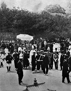 The funeral procession headed towards the East Gate / The Illustrated London News, Dec. 30, 1911, Public Domain