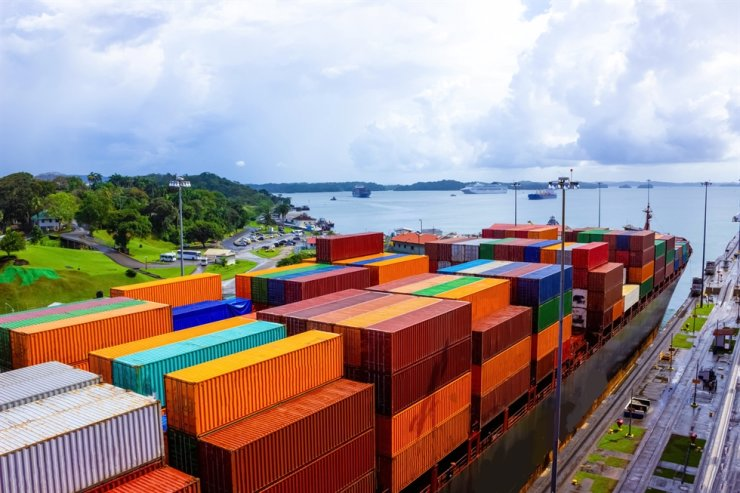 View of Panama Canal and a cargo ship / gettyimagesbank