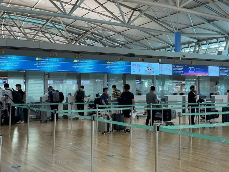 Korean business travelers wait to check in their luggage at Incheon International Airport before departing to Vietnam, Thursday. Courtesy of KCCI