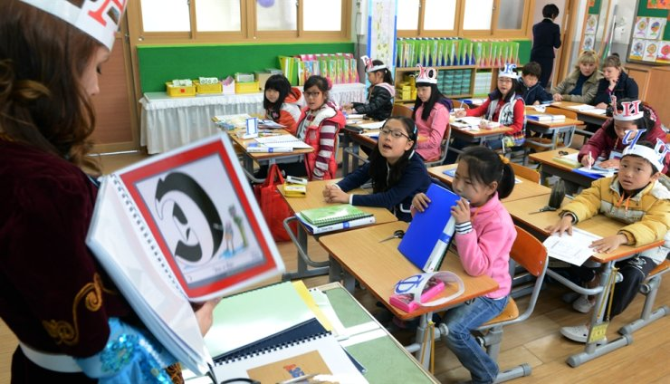Students with multicultural backgrounds attend a foreign language and culture class at an elementary school in Seoul in this file photo. Korea Times file