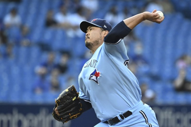 Toronto Blue Jays' Ryu Hyun-jin pitches in the first inning against the Cleveland Indians in a baseball game in Toronto, Aug. 3. AP-Yonhap