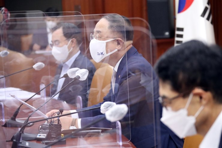 Deputy Prime Minister and Finance Minister Hong Nam-ki, second from right, speaks during a meeting at the Seoul Government Complex at Gwanghwamun, Monday. Yonhap