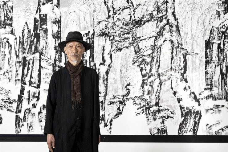 Painter Park Dae-sung poses at his solo exhibition 'Insight' at the Insa Art Center in Jongno District, central Seoul. Courtesy of Gana Art