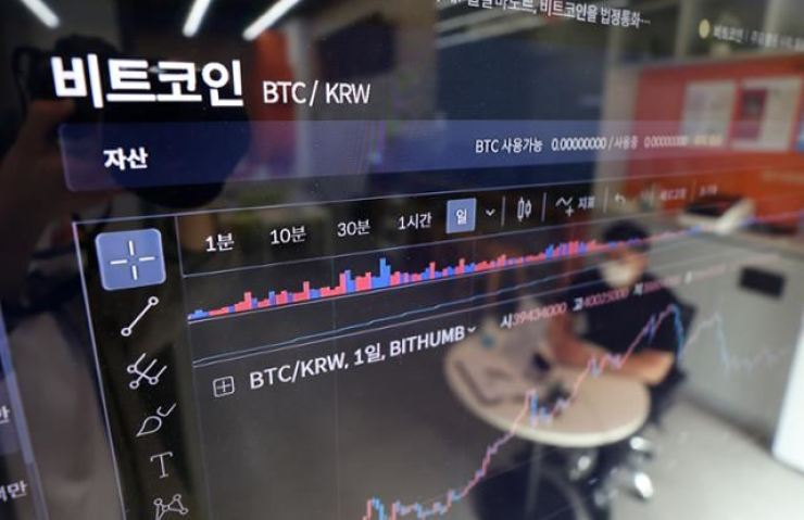 An electronic board shows the price of bitcoin at Bithumb headquarters in Seoul, July 6. Korea Times file