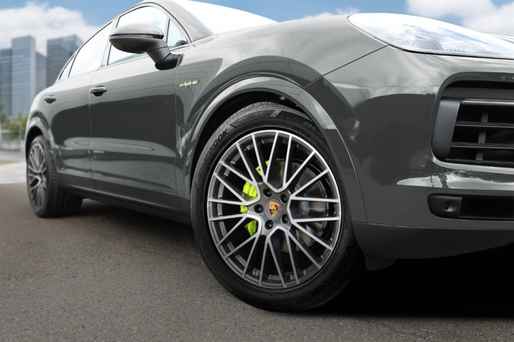 Zu sehen ist Porsches Cayenne SUV, ausgestattet mit Hankook Tire Reifen.  Mit freundlicher Genehmigung von Hankook Tire & Technology