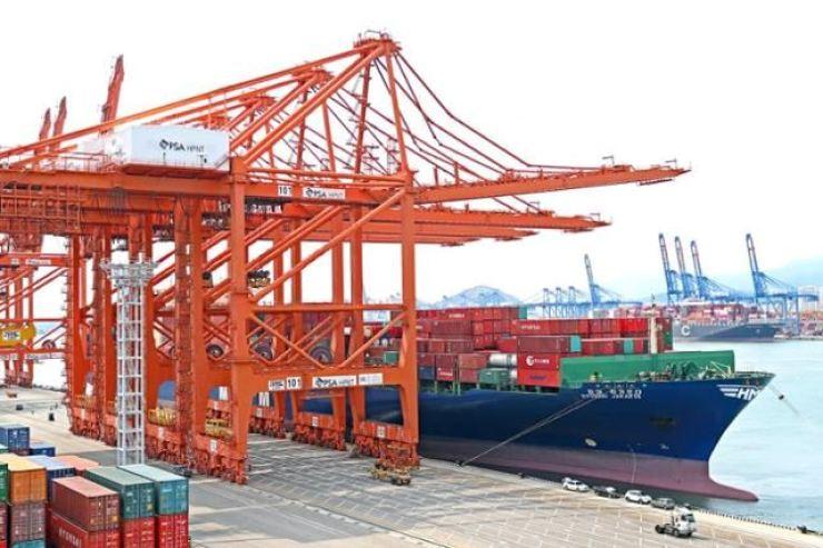 An HMM 7,000TEU container ship / Courtesy of HMM